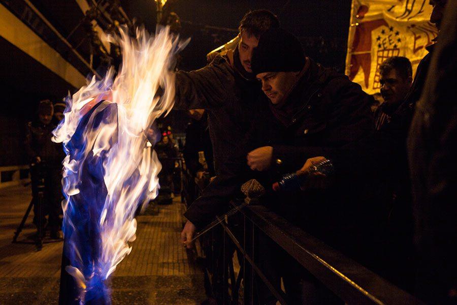 Όμορφες σημαίες όμορφα καίγονται στο μπλοκ της ΑΝΤΑΡΣΥΑ