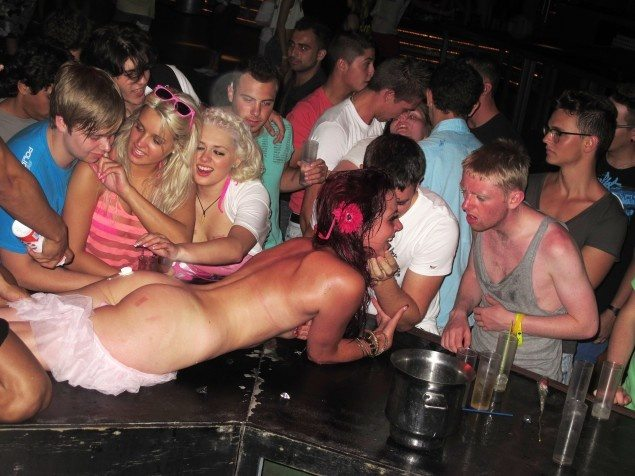 British_Tourists_drunk_naked