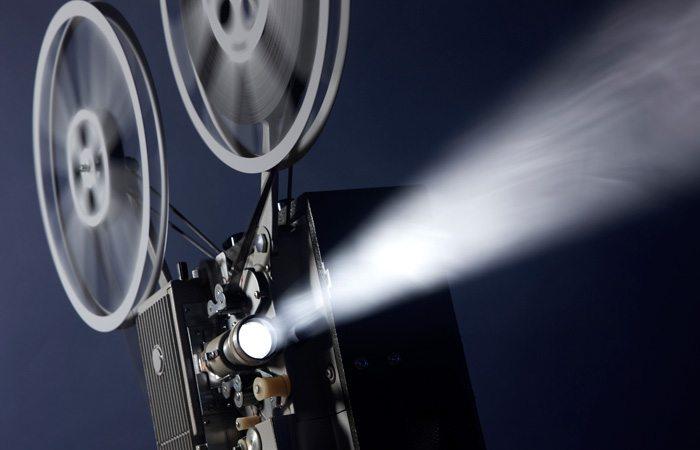 κινηματογραφική κάμερα σε σινεμά για προβολή