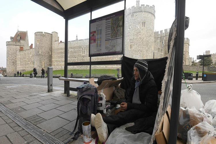 παραβίαση ανθρωπίνων δικαιωμάτων - άστεγος στο κάστρο του Γουίνδσορ