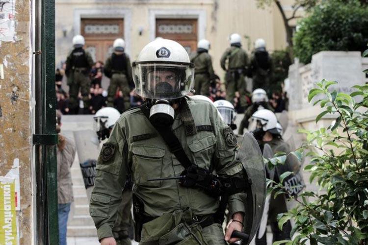 Ελληνοφρένεια συζητά με φοιτητή που συνελήφθη έξω από το σπίτι του