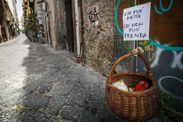 panaro solidale καλάθι αλληλεγγύης Νάπολη Ιταλία κορονοϊός